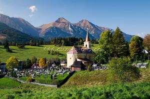 Ždiarsky kostolík, v pozadí Belianske Tatry