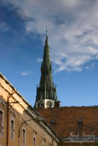 Veža veľkého kostola v odraze