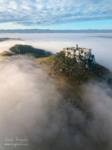 Spišský hrad a geoglyf koňa