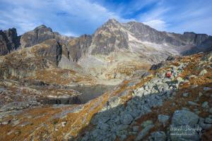 Turista pod Širokou vežou a Ľadovými štítmi