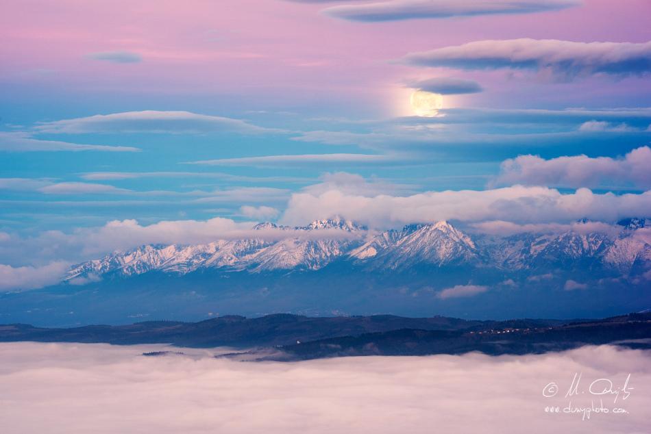Západ mesiaca za Vysoké Tatry